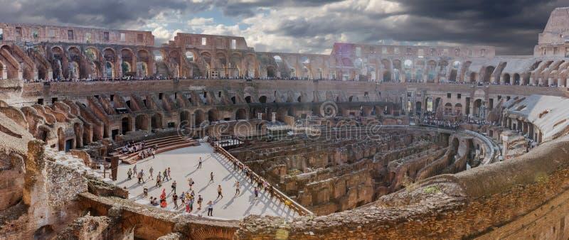 Panorama dell'interno e dell'arena del Colosseum, Roma, Italia immagini stock libere da diritti