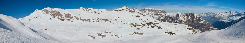 Panorama dell'inverno Pirenei con le piste immagini stock libere da diritti
