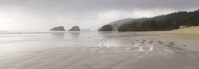 Panorama dell'Oregon della spiaggia del cannone - camminata romantica immagine stock libera da diritti