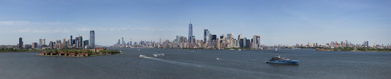 Panorama dell'orizzonte del centro di Manhattan dalla statua di Libert fotografia stock