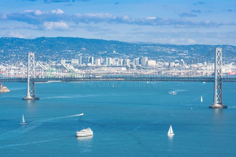 Panorama dell'orizzonte del ponte di San Francisco Bay fotografie stock libere da diritti