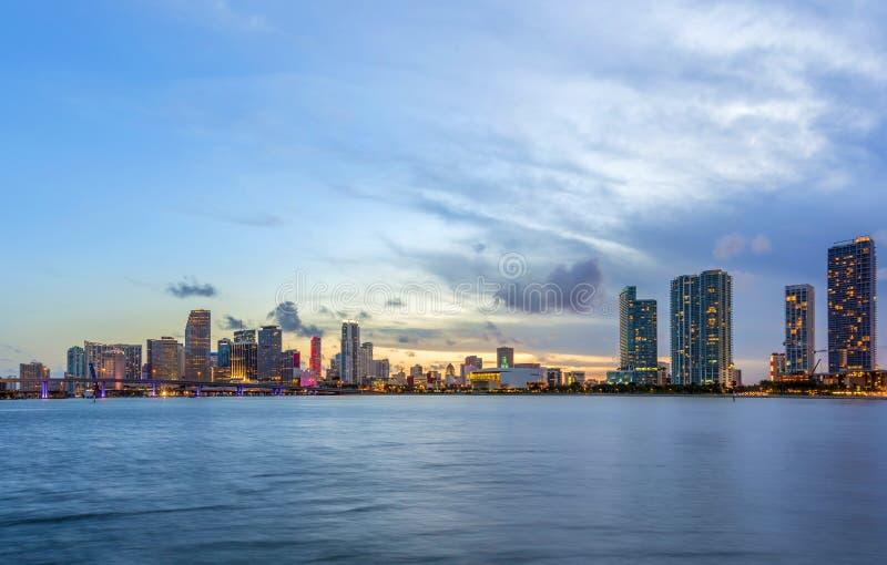 Panorama dell'orizzonte della città di Miami alla notte immagini stock