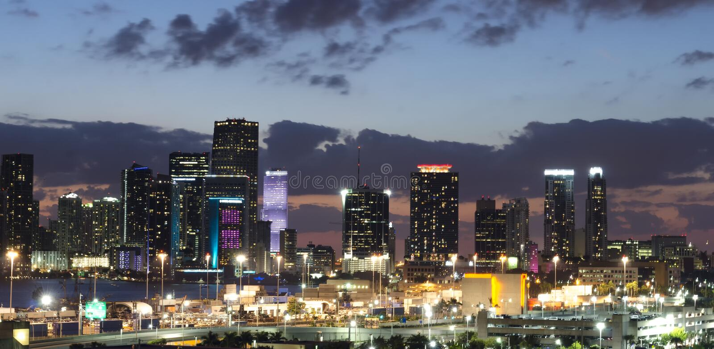 Panorama dell'orizzonte della città di Miami alla notte fotografia stock