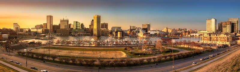 Panorama dell'orizzonte di Baltimora al tramonto immagine stock libera da diritti