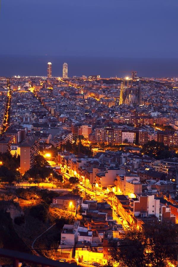 Panorama dell'orizzonte di Barcellona alla notte immagini stock libere da diritti