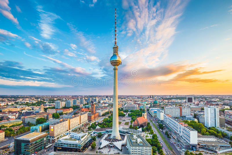 Panorama dell'orizzonte di Berlino con la torre ad alba, Germania della TV fotografia stock