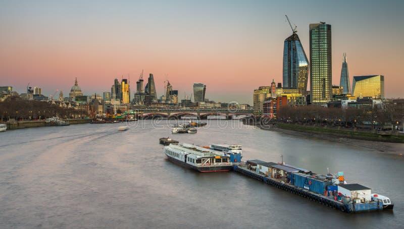 Panorama dell'orizzonte di Londra alla notte, Inghilterra il Regno Unito Il Tamigi, fotografia stock libera da diritti