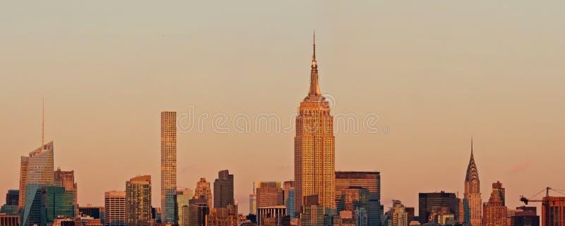 Panorama dell'orizzonte di Manhattan al tramonto, New York fotografia stock libera da diritti