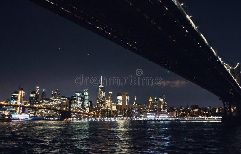 Panorama dell'orizzonte di New York City Manhattan alla notte fotografia stock libera da diritti