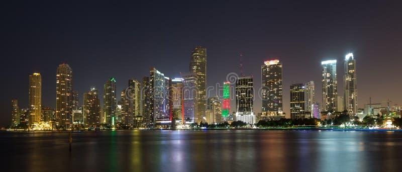 Panorama dell'orizzonte di notte di Miami immagini stock
