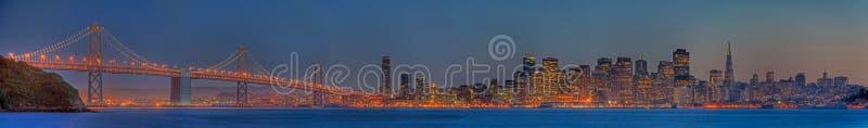 Panorama dell'orizzonte di San Francisco al crepuscolo fotografia stock libera da diritti