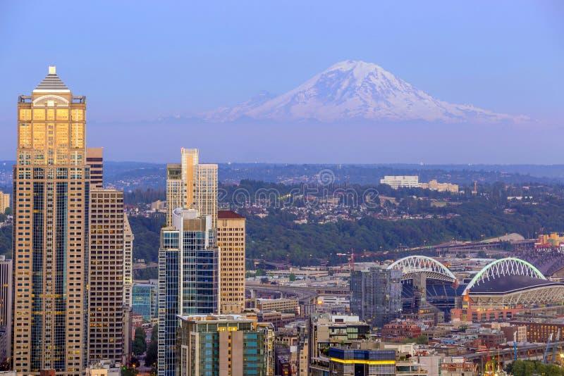 Panorama dell'orizzonte di Seattle al tramonto fotografie stock libere da diritti