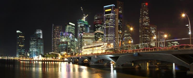 Panorama dell'orizzonte di Singapore alla notte immagine stock