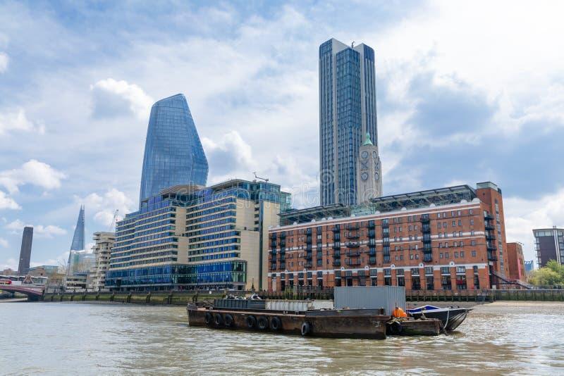 Panorama della banca del sud del Tamigi a Londra centrale, Regno Unito immagine stock libera da diritti