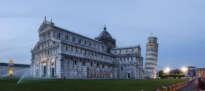 Panorama della cattedrale & della torre pendente di Pisa alla notte fotografia stock libera da diritti