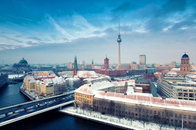 Panorama della città di inverno dell'orizzonte di Berlino con neve e cielo blu fotografie stock
