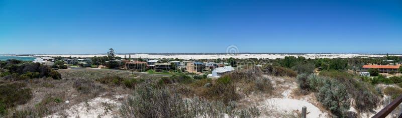 Panorama della città di Lancelin vicino alla spiaggia ed alle dune di sabbia bianche immagine stock libera da diritti