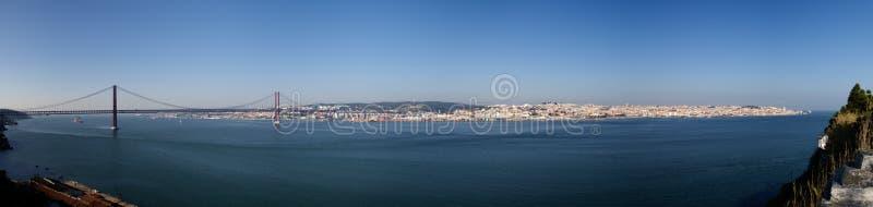 Panorama della città di Lisbona dall'almada, sponda meridionale del fiume Tago fotografie stock libere da diritti