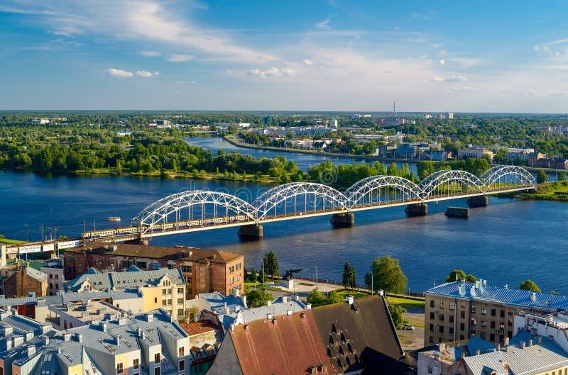 Panorama della città di Riga con il ponte ferroviario immagine stock