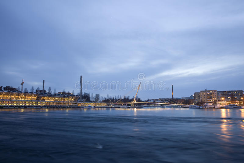 Panorama della città di Tampere alla notte fotografia stock