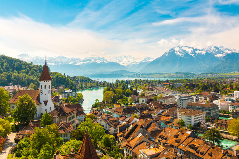 Panorama della città di Thun con le alpi ed il lago Thunersee, Svizzera fotografia stock