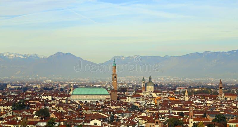 Panorama della città di Vicenza con il grande palladia della basilica immagini stock