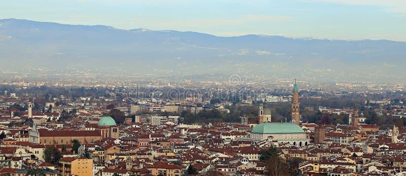 Panorama della città di Vicenza con il grande palladia della basilica fotografia stock