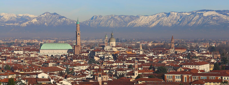 Panorama della città di Vicenza con la basilica Palladiana con essere fotografia stock libera da diritti