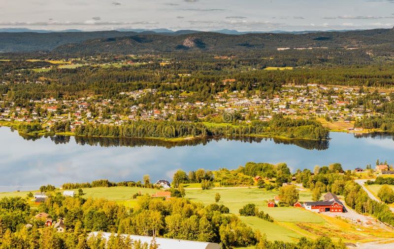 Panorama della città di Vikersund in Norvegia, Scandinavia fotografia stock libera da diritti