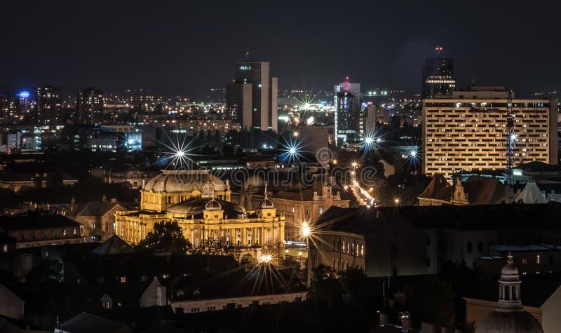 Panorama della città di Zagabria alla notte immagini stock libere da diritti