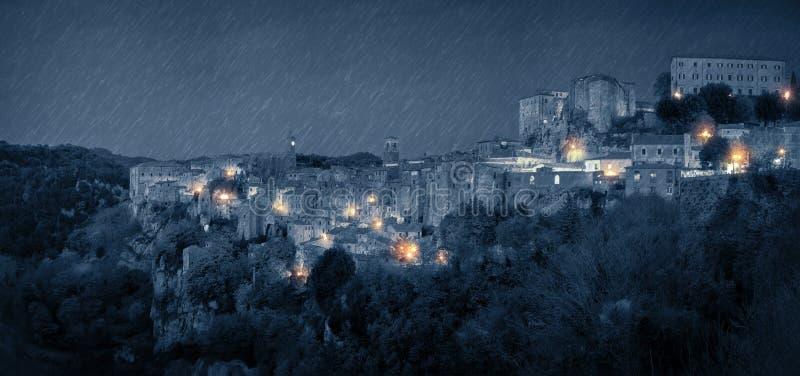 Panorama della città medievale alla notte piovosa fotografia stock