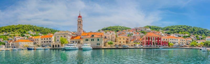 Panorama della città mediterranea Pucisca fotografia stock libera da diritti