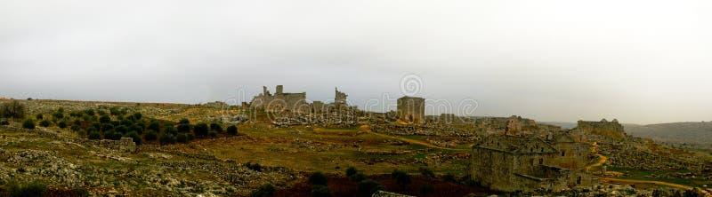 Panorama della città morta abbandonata rovinata Serjilla in Siria fotografia stock
