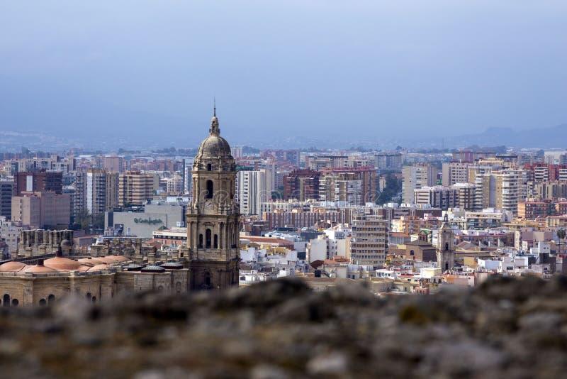 Panorama della città spagnola di Malaga Cattedrale di Malaga Costruzioni contro un cielo nuvoloso fotografia stock