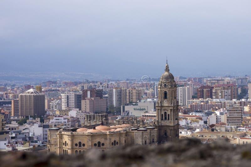 Panorama della città spagnola di Malaga Cattedrale di Malaga Costruzioni contro un cielo nuvoloso immagini stock libere da diritti
