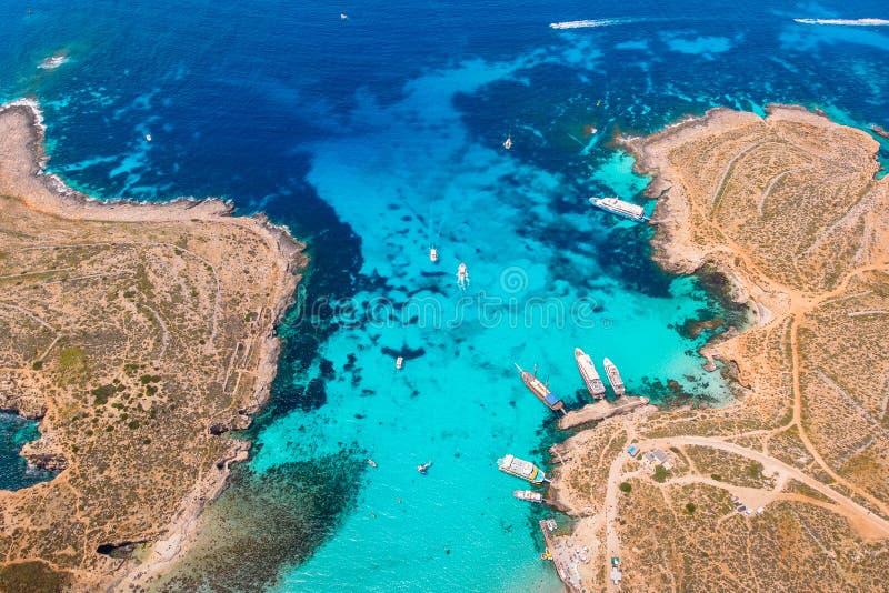 Panorama della laguna blu Comino Malta Cote Azur, acqua della radura del turchese con la sabbia bianca Siluetta dell'uomo Cowerin immagini stock