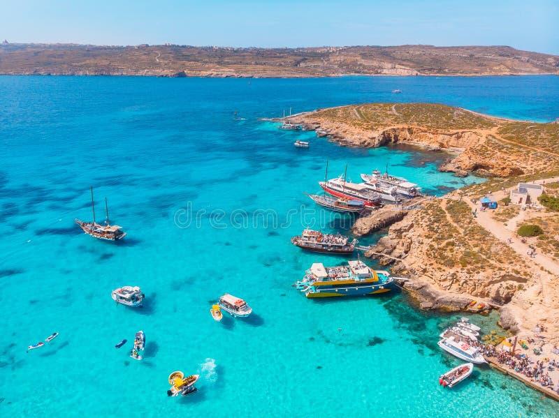 Panorama della laguna blu Comino Malta Cote Azur, acqua della radura del turchese con la sabbia bianca Siluetta dell'uomo Cowerin fotografie stock libere da diritti