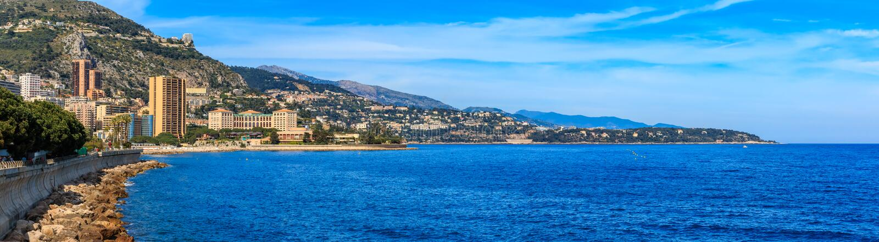 Panorama della linea costiera del Monaco e delle costruzioni di appartamento residenziali di lusso in Monte Carlo Principality de fotografia stock