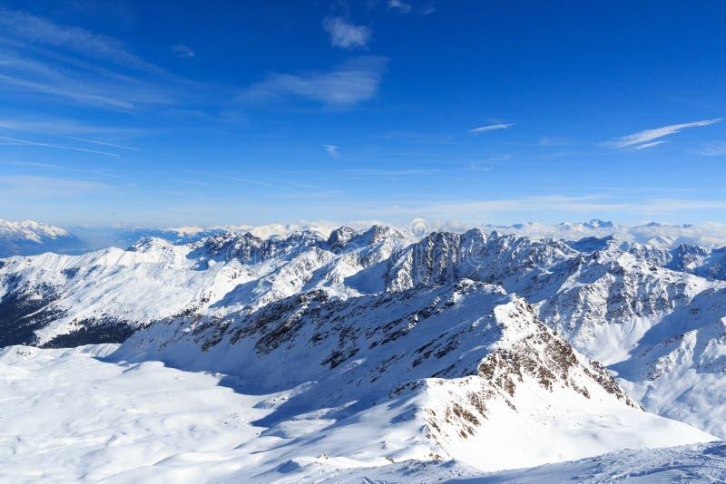 Panorama della montagna con neve e cielo blu nell'inverno nelle alpi di Stubai immagine stock libera da diritti