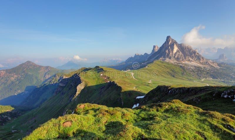 Panorama della montagna delle dolomia guardando dal passo di Giau immagini stock libere da diritti