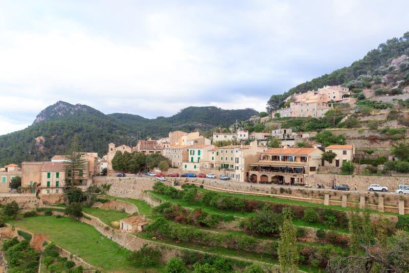 Panorama della montagna di Banyalbufar della città su Maiorca fotografie stock