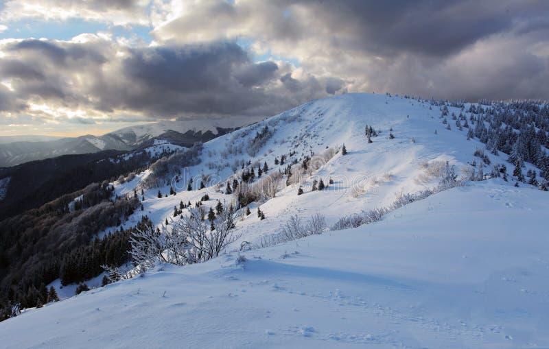 Panorama della montagna di inverno - Donovaly fotografie stock