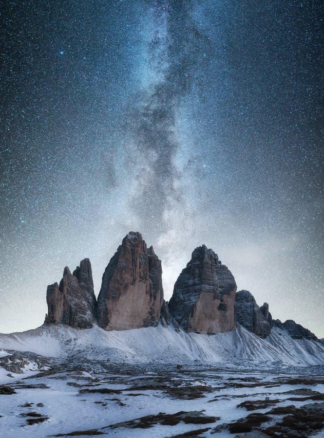 Panorama della montagna in Italia alla notte immagini stock