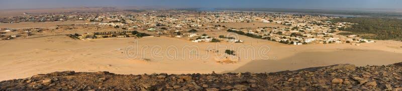 Panorama della montagna santa Gebel Barkal sulla città Karima ed il Nilo, Africa fotografia stock