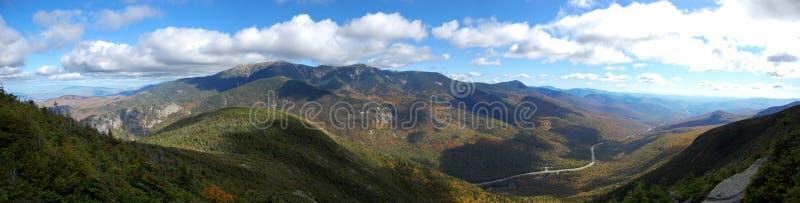 Panorama della parte superiore della montagna del cannone in del New Hampshire fotografie stock