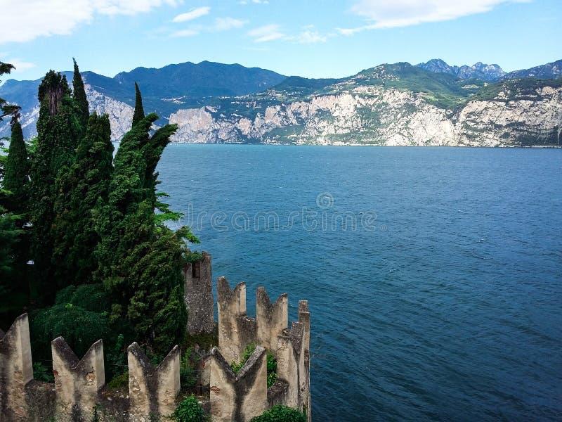 Panorama della polizia splendida circondata dalle montagne, Italia del lago fotografia stock