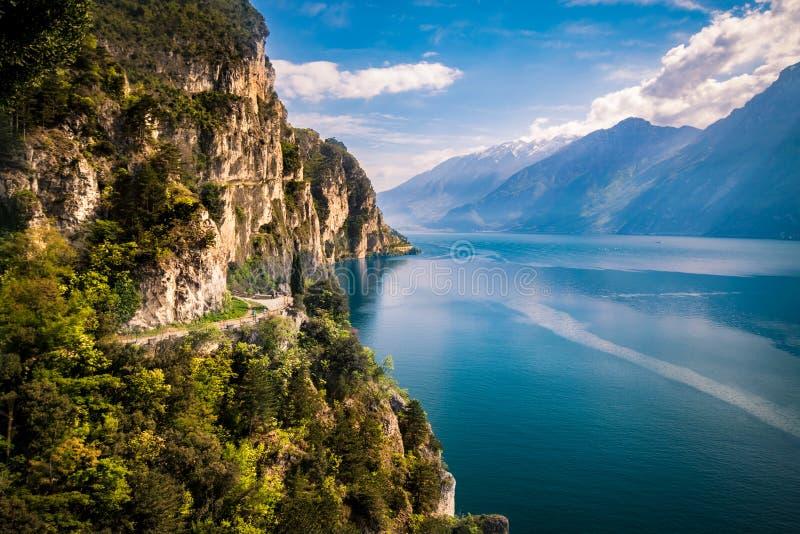 Panorama della polizia splendida del lago circondata dalle montagne fotografia stock