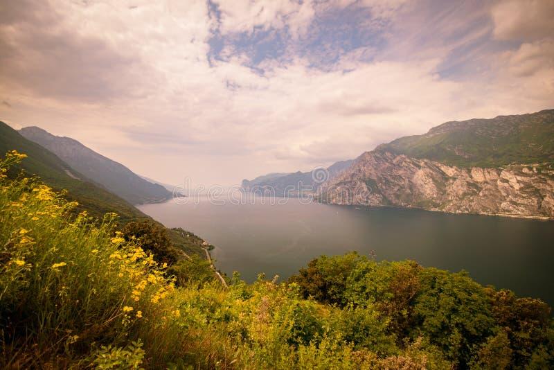 Panorama della polizia splendida del lago circondata dalle montagne fotografie stock