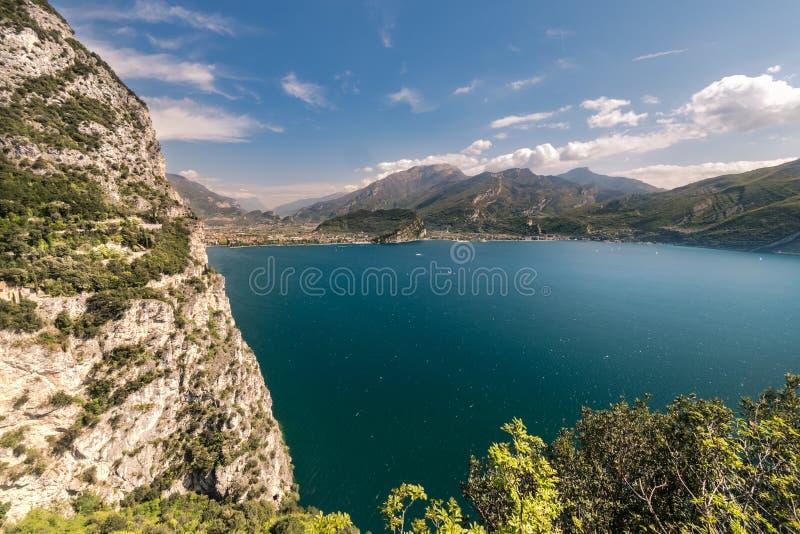 Panorama della polizia splendida del lago circondata dalle montagne fotografia stock libera da diritti