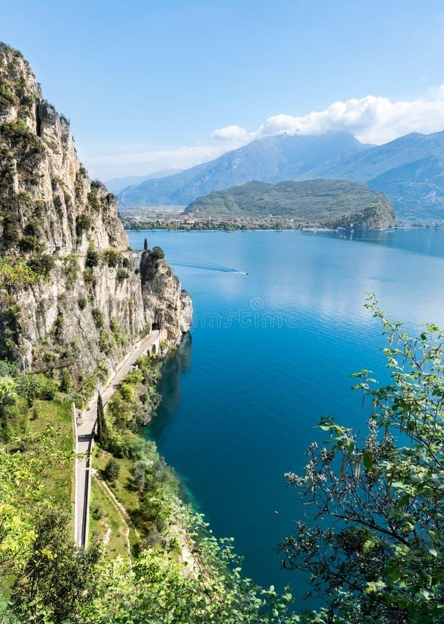 Panorama della polizia splendida del lago circondata dalle montagne fotografie stock libere da diritti